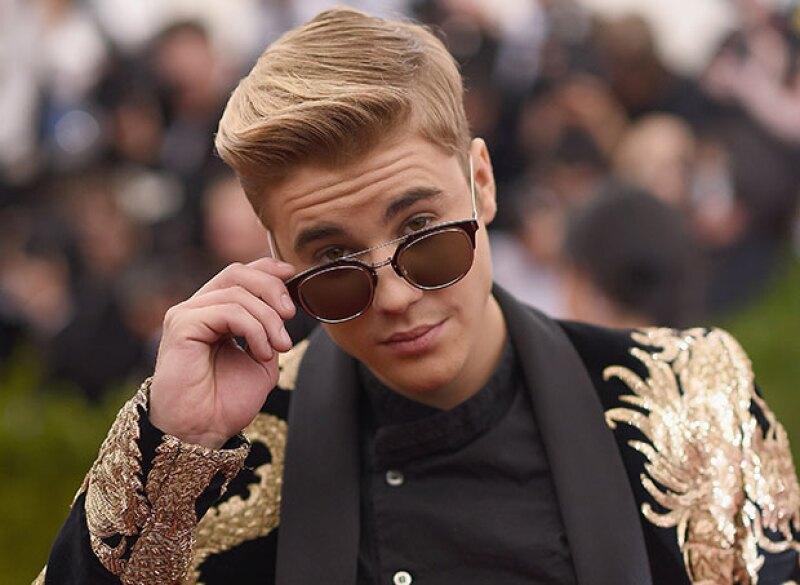 El cantante se tatuó una pequeña cruz en el lado izquierdo de su cara, despertando miles de reacciones entre sus seguidores.
