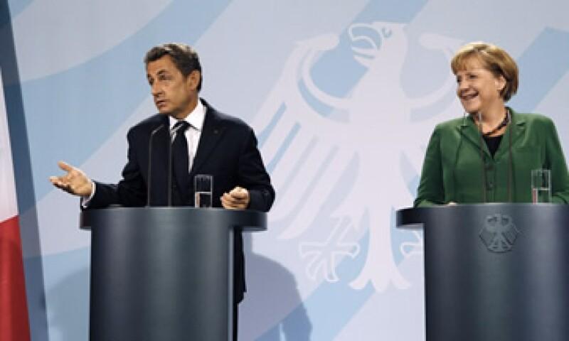 Los mandatarios de Francia, Nicolas Sarkozy, y Alemania, Angela Merkel, anunciaron un acuerdo para fortalecer al debilitado sector bancario europeo. (Foto: Reuters)