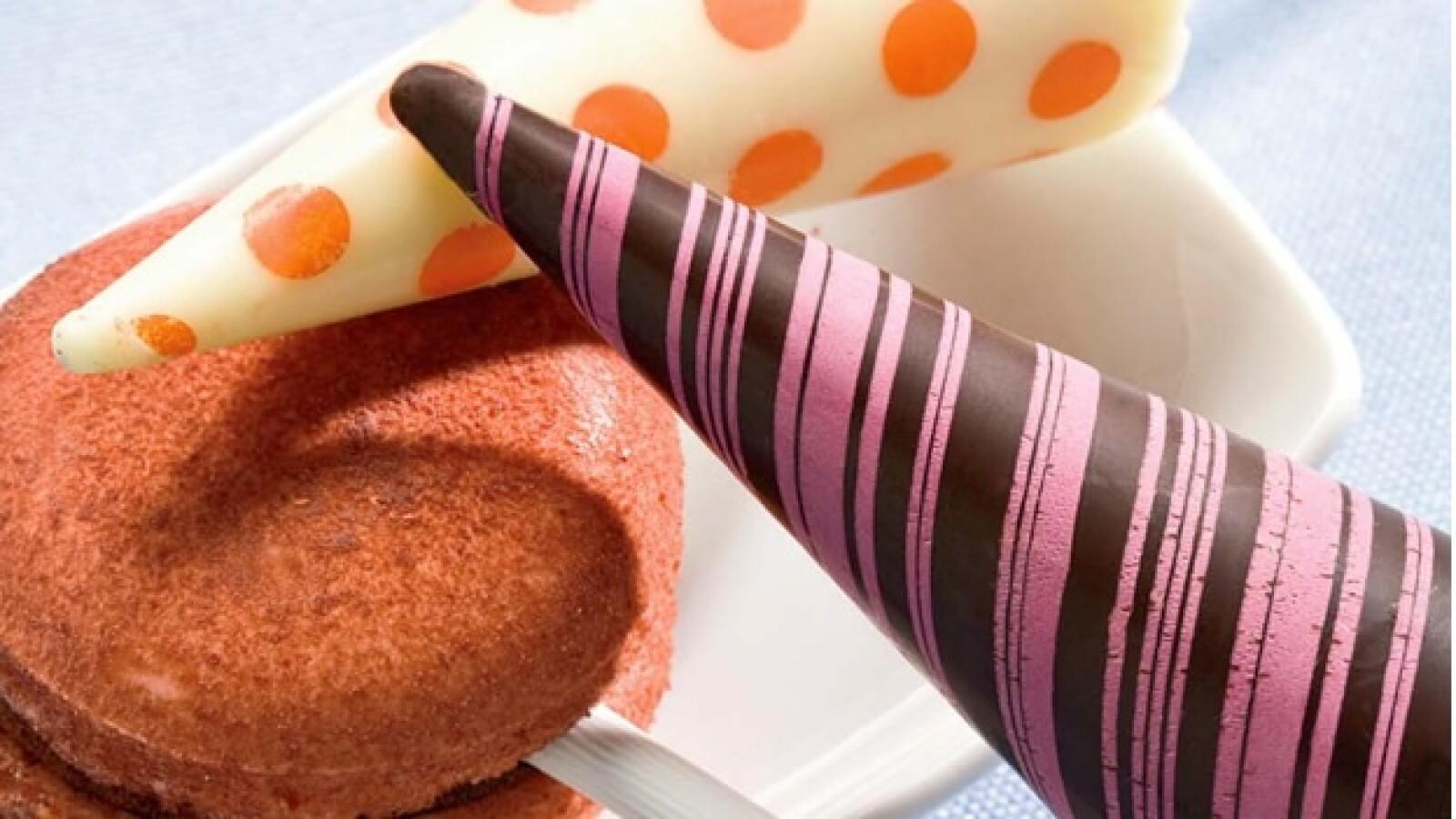 Disfruta unos deliciosos chupirules de chocolate, acompañados de un macaron francés del mismo sabor.