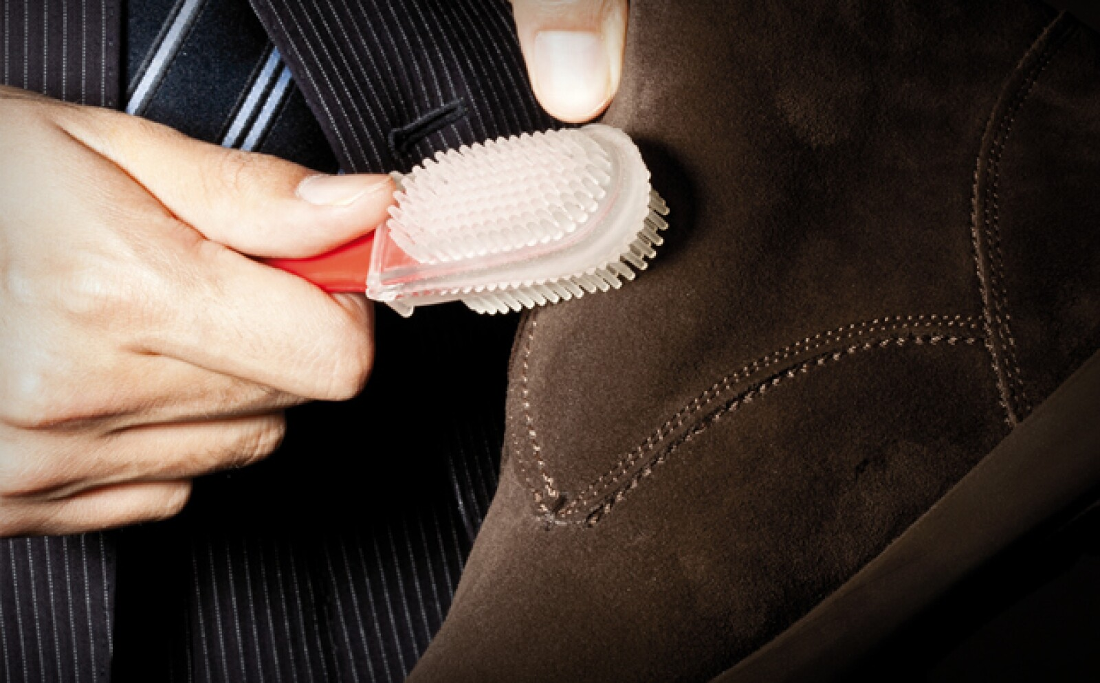 Con un cepillo especial remueve los pedazos de goma que hayan quedado en el zapato. Cepilla nuevamente de arriba hacia abajo.
