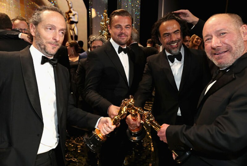 Leonardo festejó junto a Emmanuel Lubezki, Alejandro G. Iñárritu y Steve Golin, productor de Spotlight.