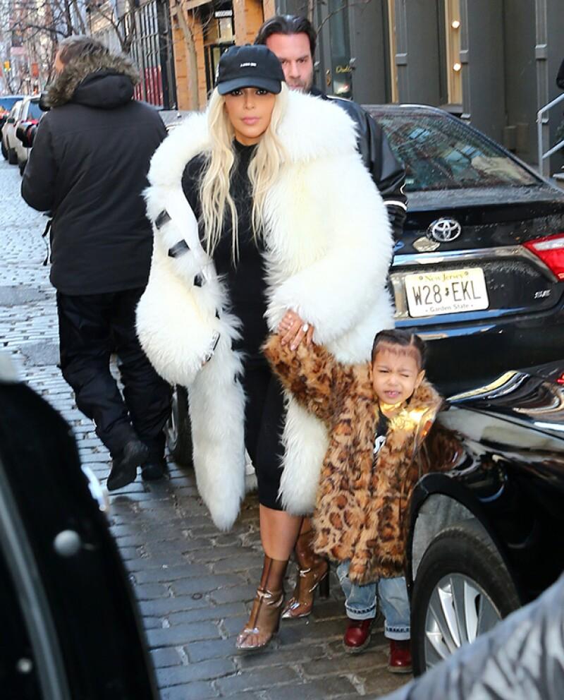 La estrella de reality y su primogénita lucieron despampanantes abrigos de piel de la colección de Kanye West.