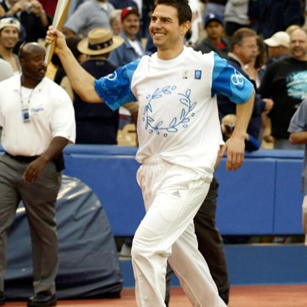 Tom Cruise corrió con la llama olímpica en California para las olimpiadas de Atenas 2004