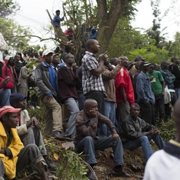 kenianos observan centro comercial donde hay rehenes