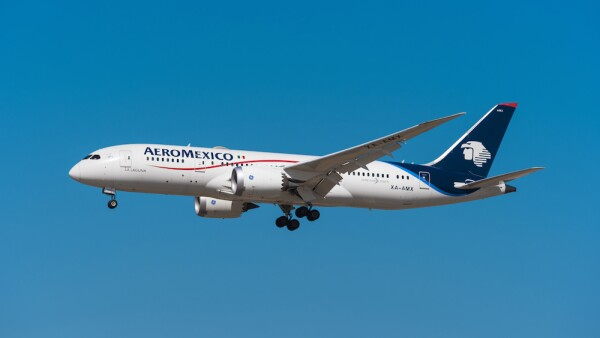 Aero Mexico Boeing 787 8 dreamliner landing in Madrid Barajas.