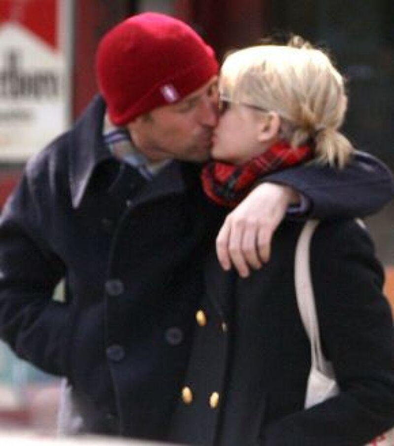 Parece que la ex novia del fallecido Heath Ledger ha vuelto a enamorarse y a recuperar la sonrisa al lado del director Spike Jonze, con quien se le vio muy cariñosa paseando en Nueva York.