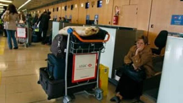 Miles de viajeros se ven afectados por las cancelaciones de vuelos en Europa. (Foto: AP)