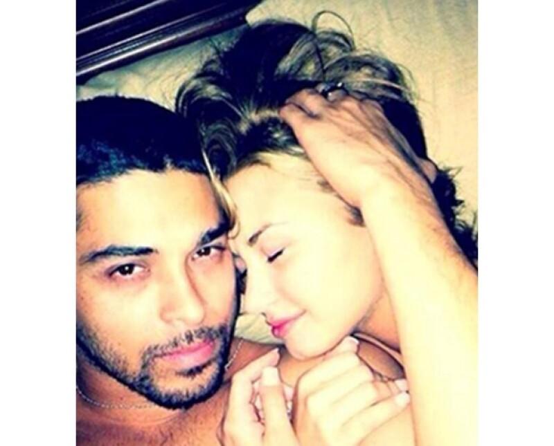 Una de las imágenes muestra a la cantante con su novio en la cama.