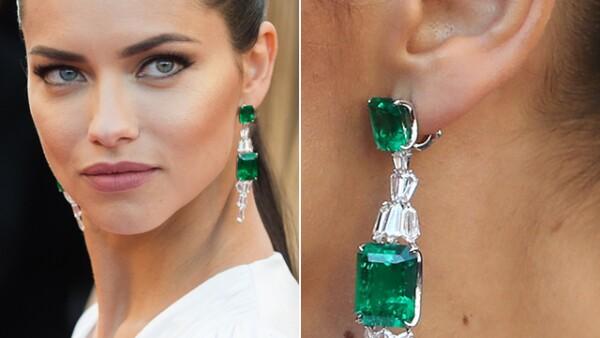 Para la premiere de `Julieta´ la espectacular modelo, Adriana Lima, optó por unos aretes impresionantes de Chopard.