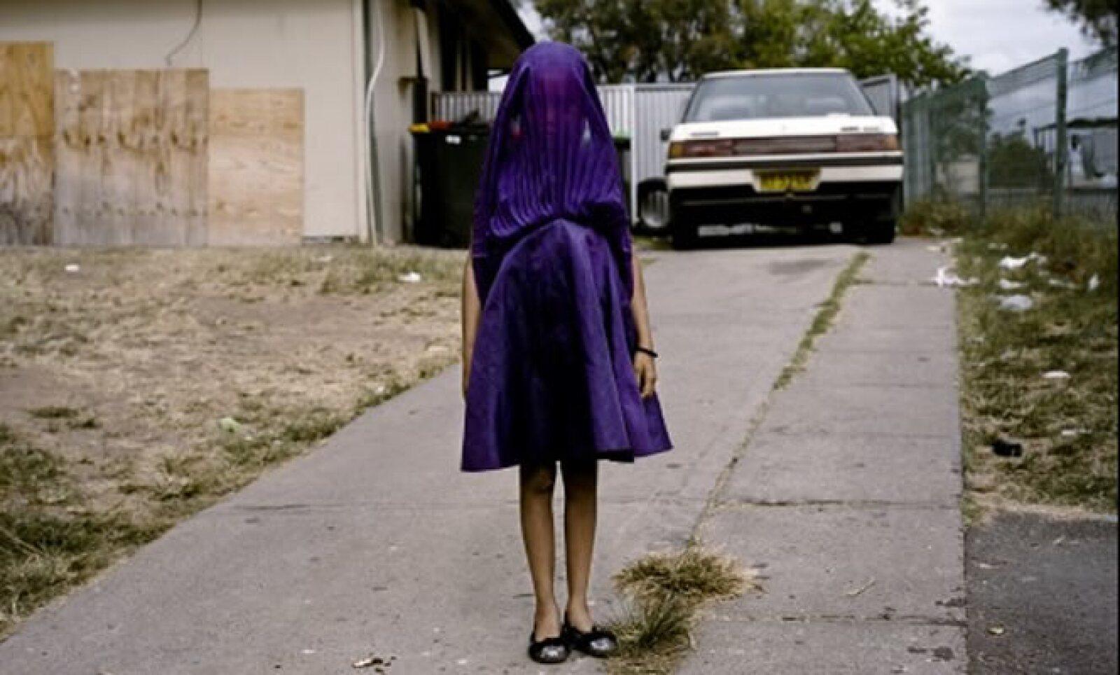 Una mujer de una comunidad pobre y desfavorecida de Australia espera el autobús que la llevará a una escuela dominical. Autora: Raphaela Rosella. Categoría: Retratos.