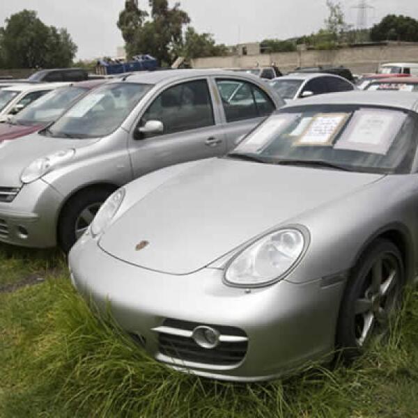 En una de sus bodegas en el Estado de México hay Porsches, una serie de BMW nuevos y hasta un camión Volkswagen que se incautó al empresario chino Zen Li Ye Gon, acusado por tráfico de metanfetaminas, estacionado a unos metros de una ambulancia.