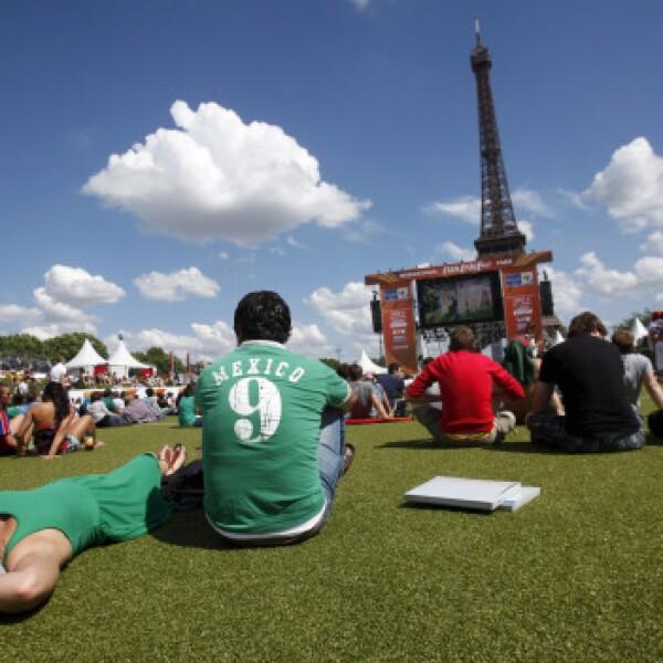 Aficionados mexicanos vieron el partido inaugural en Paris