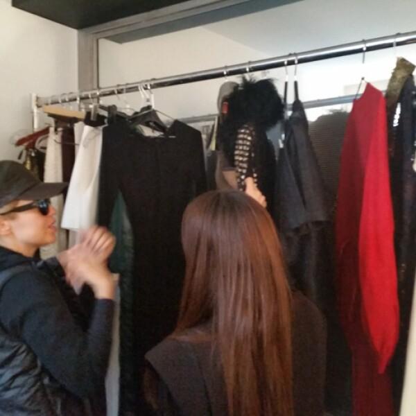 A su llegada, Thalía eligió cuidadosamente cada uno de los outfits que usaría para las fotos.
