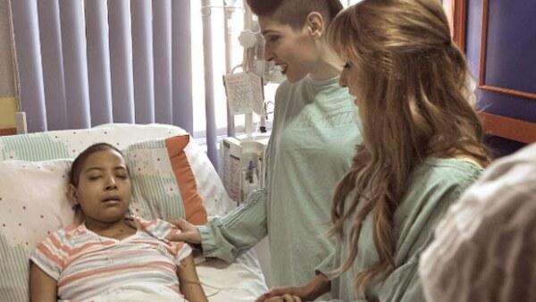 Las hermanas visitaron a Paola, una seguidora de 17 años que padece leucemia y que quería conocerlas en su show de Torreón.