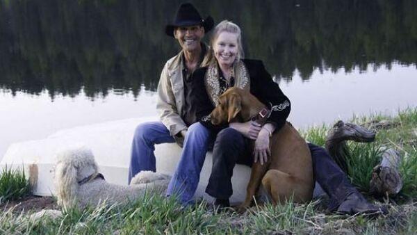 El actor envió una fotografía para desmentir los rumores de su muerte que se desataron la semana pasada. La imagen lo muestra junto a su esposa y sus perros en su rancho de Nuevo México.