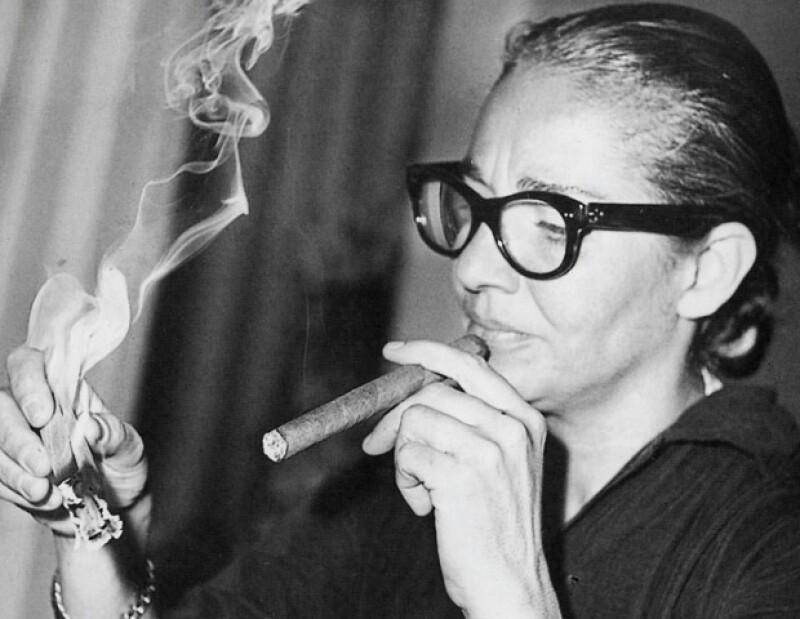 Acostumbraba a fumar puros y, uno tras otro, cigarros Pall Mall.