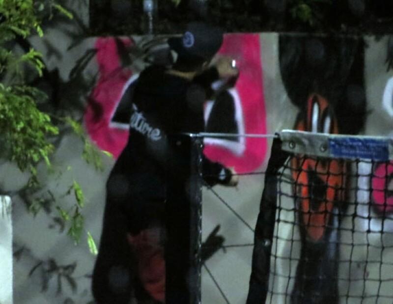Primero fue Brasil y ahora el cantante canadiense fue captado en Brisbane este miércoles grafiteando una barda, lo cual está penado, sin embargo, el cantante mostró su dibujo en Instagram.