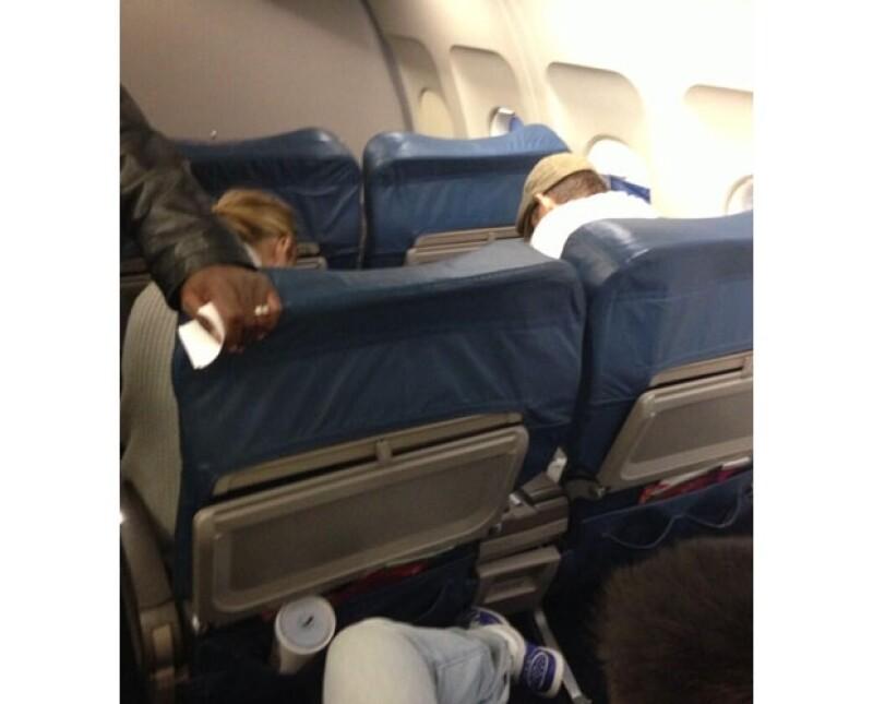 Un testigo que iba en el mismo vuelo que Blake Lively y el guapo actor tomó esta fotografía.