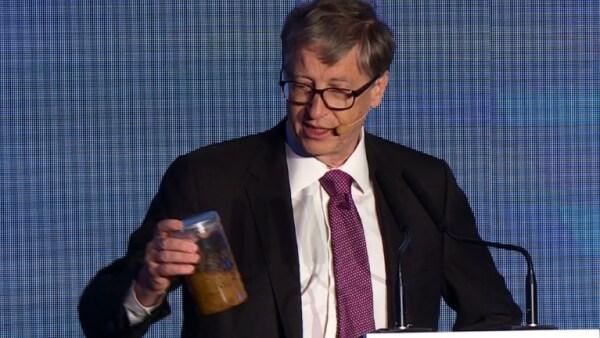 Un frasco con contenido indeseable, así denuncia Bill Gates la falta de retretes