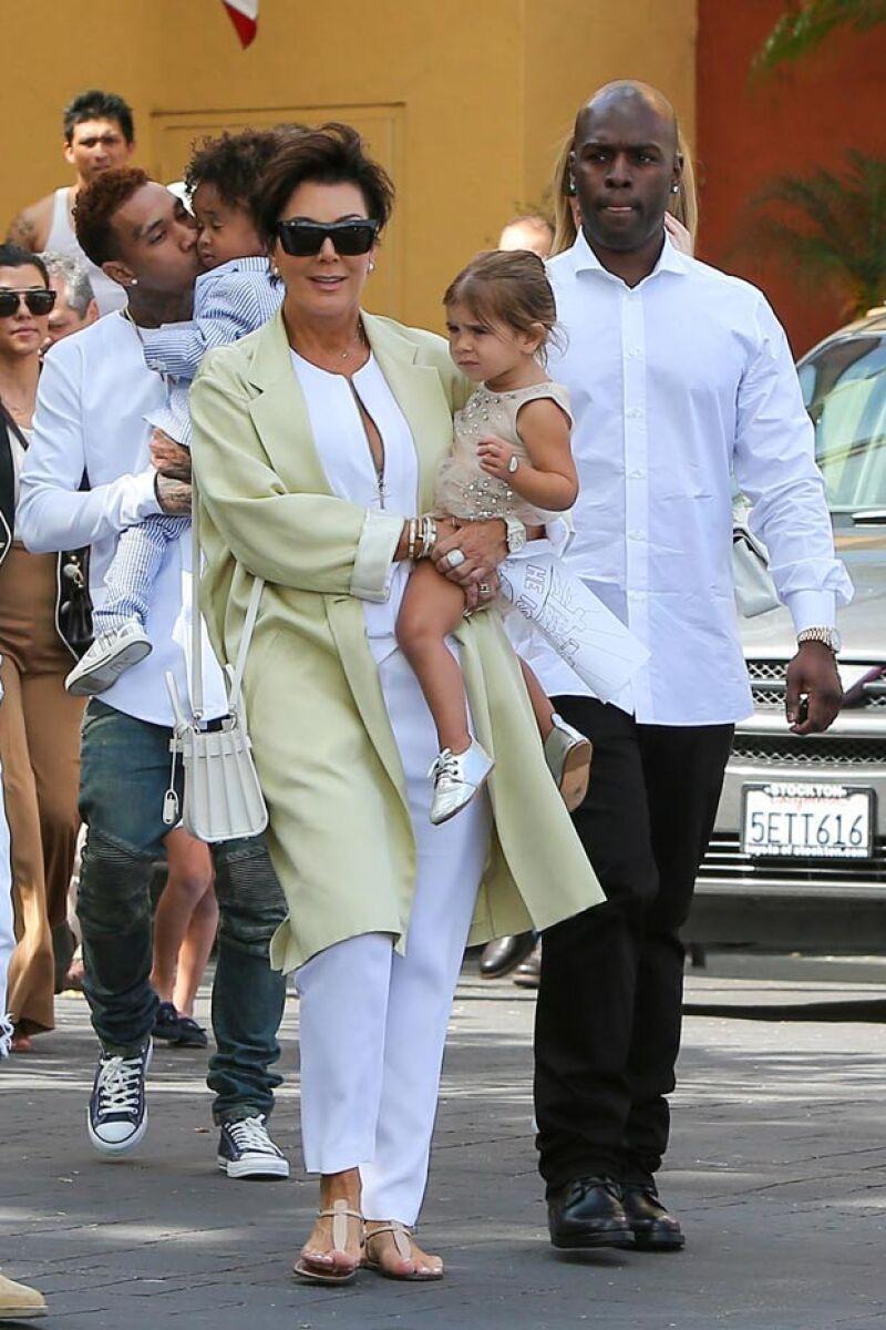 Kris Jenner también vistió en parte de blanco y fue captada con su pareja Corey Gamble.