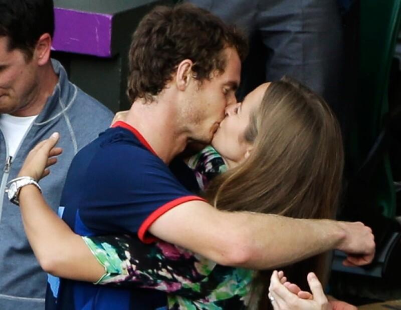 Murray recibió un apasionante beso de su novia, al vencer a Roger Federer y ganar la medalla de oro.