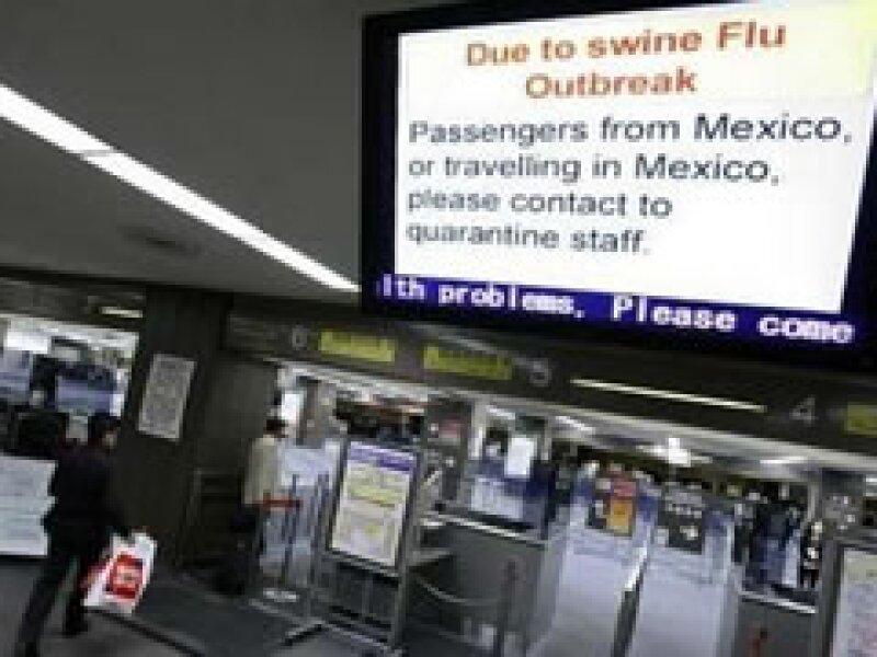 Estados Unidos realiza controles en sus aeropuertos para prevenir el contagio de la influenza.  (Foto: Reuters)