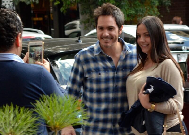 Durante su salida familiar, Mauricio estuvo unos momentos con sus fans, con quienes se tomó fotografías y les dio autógrafos.