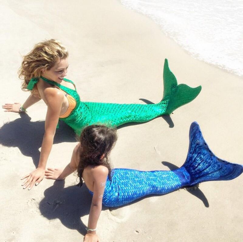 Madre e hija disfrutaron del sol y la playa disfrazadas de sirenas por un día.