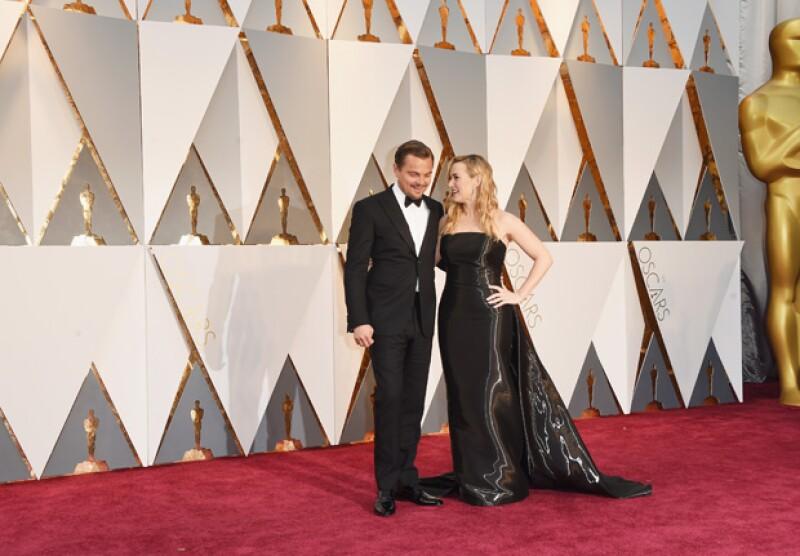 La pareja de actores, que está nominada en la premiación, lució sonriente ante los fotógrafos.