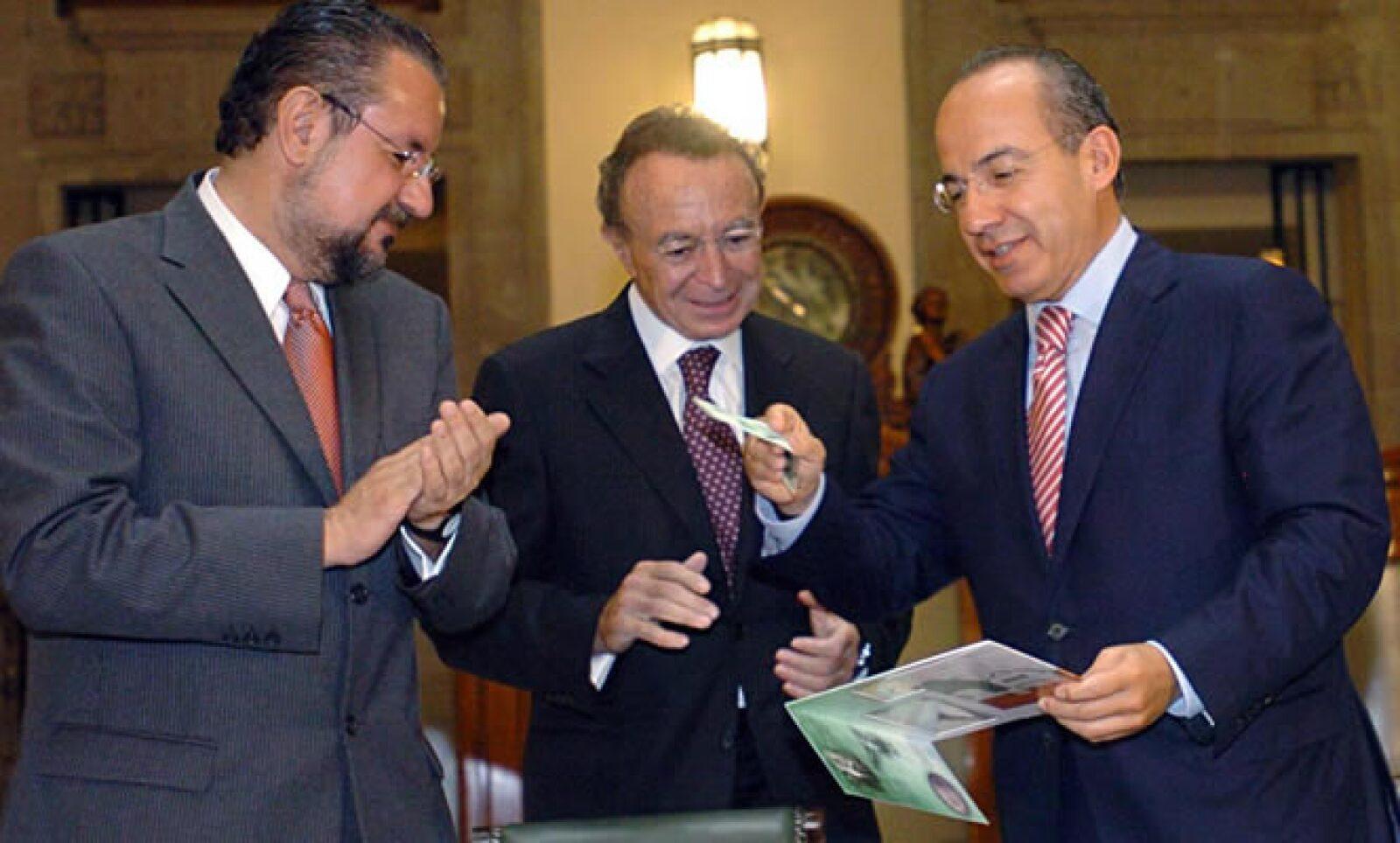 El miércoles, Calderón presentó los billetes conmemorativos del Centenario de la Revolución y Bicentenario de la Independencia. Con él, José Manuel Villalpando, el encargado nacional de los festejos, y el gobernador de Banxico Guillermo Ortiz.