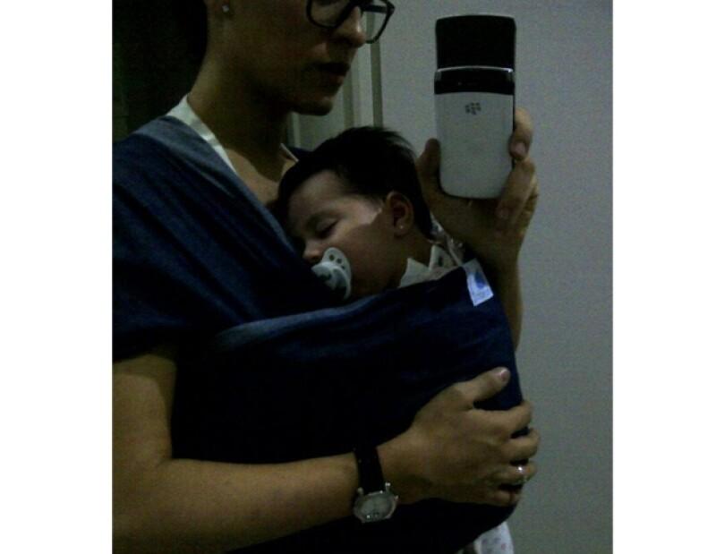 La diseñadora no se despega de su bebé, está enamorada de ella al igual que el resto de la familia.