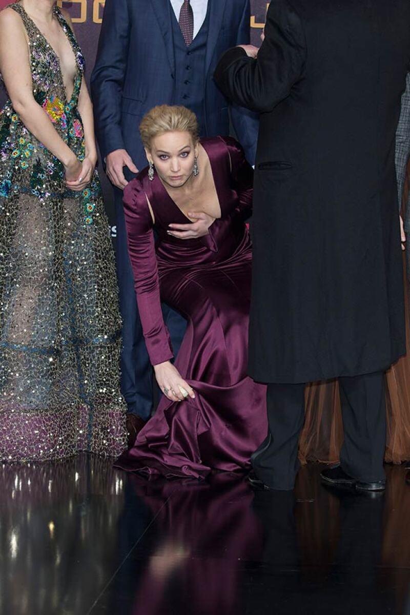 Afortunadamente, la actriz se dio cuenta y cubrió su escote con su mano antes de enseñar de más.