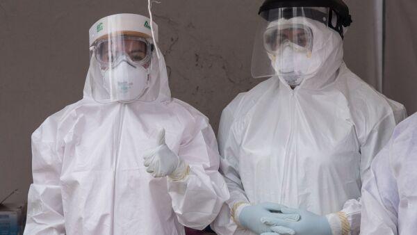 """Vecinos de la colonia Ex Hipódromo de Peralvillo asistieron a realizarse la prueba PCR para  la detección de coronavirus (covid-19) en el """"kiosco"""" de atención ubicado a un costado de la Jurisdicción Sanitaria Cuauhtémoc."""