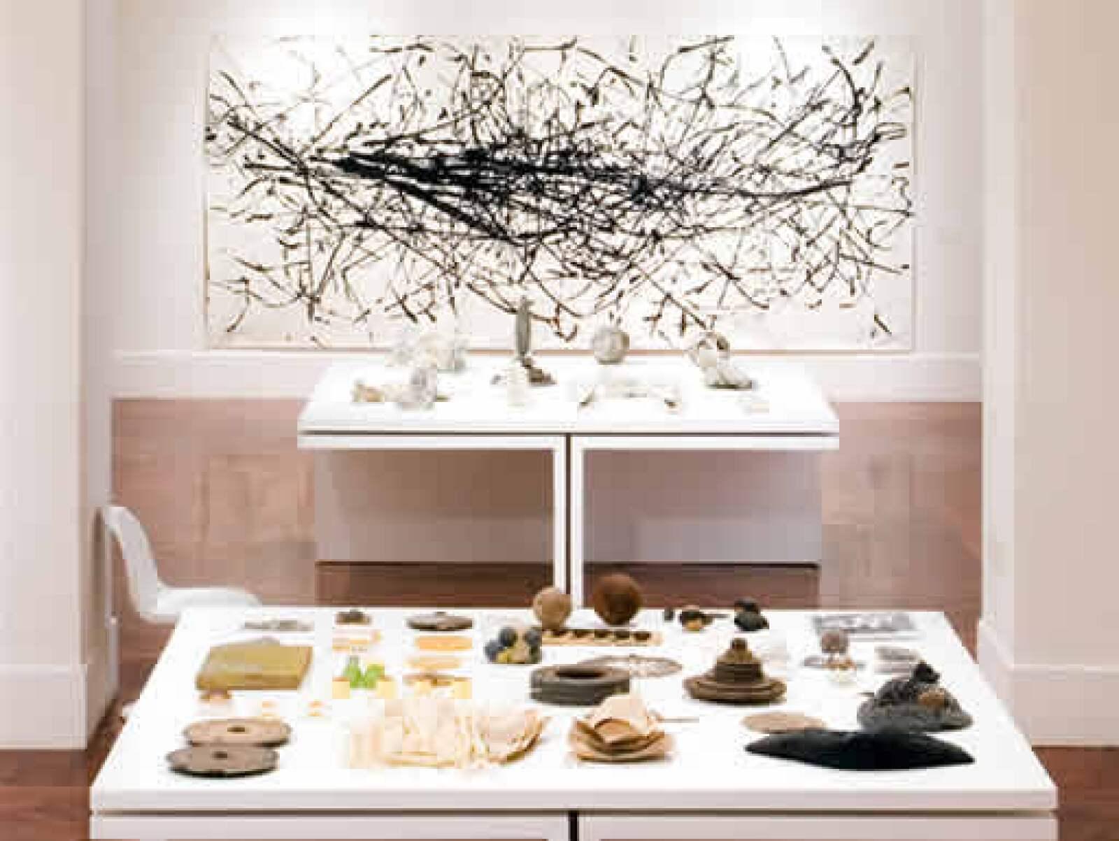 El veracruzano Gabriel Orozco, uno de los artistas contemporáneos mexicanos mejor cotizados y más coleccionados en el mundo, es representado por esta galería. Aquí una muestra de su obra, cuando fue expuesta en el Palacio de Bellas Artes.