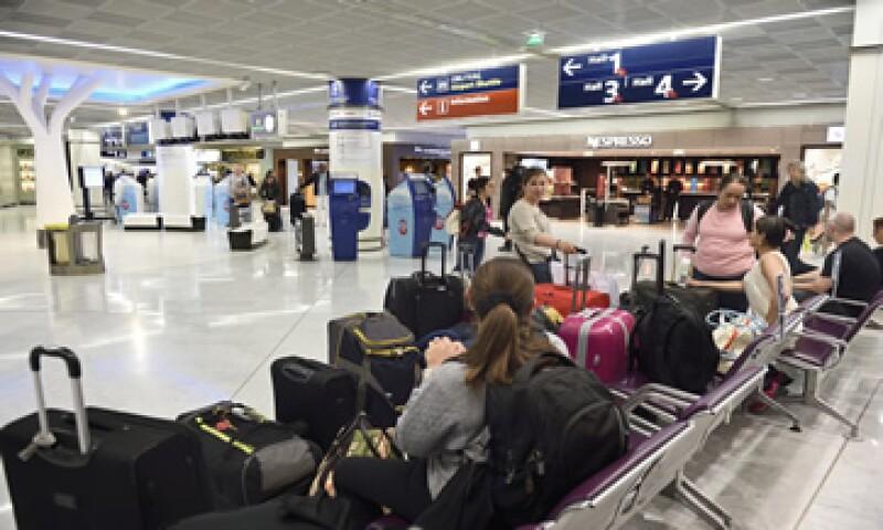 La aerolínea puede cambiar tu ruta el mismo día en que tenías que viajar o lo más pronto posible.  (Foto: AFP)