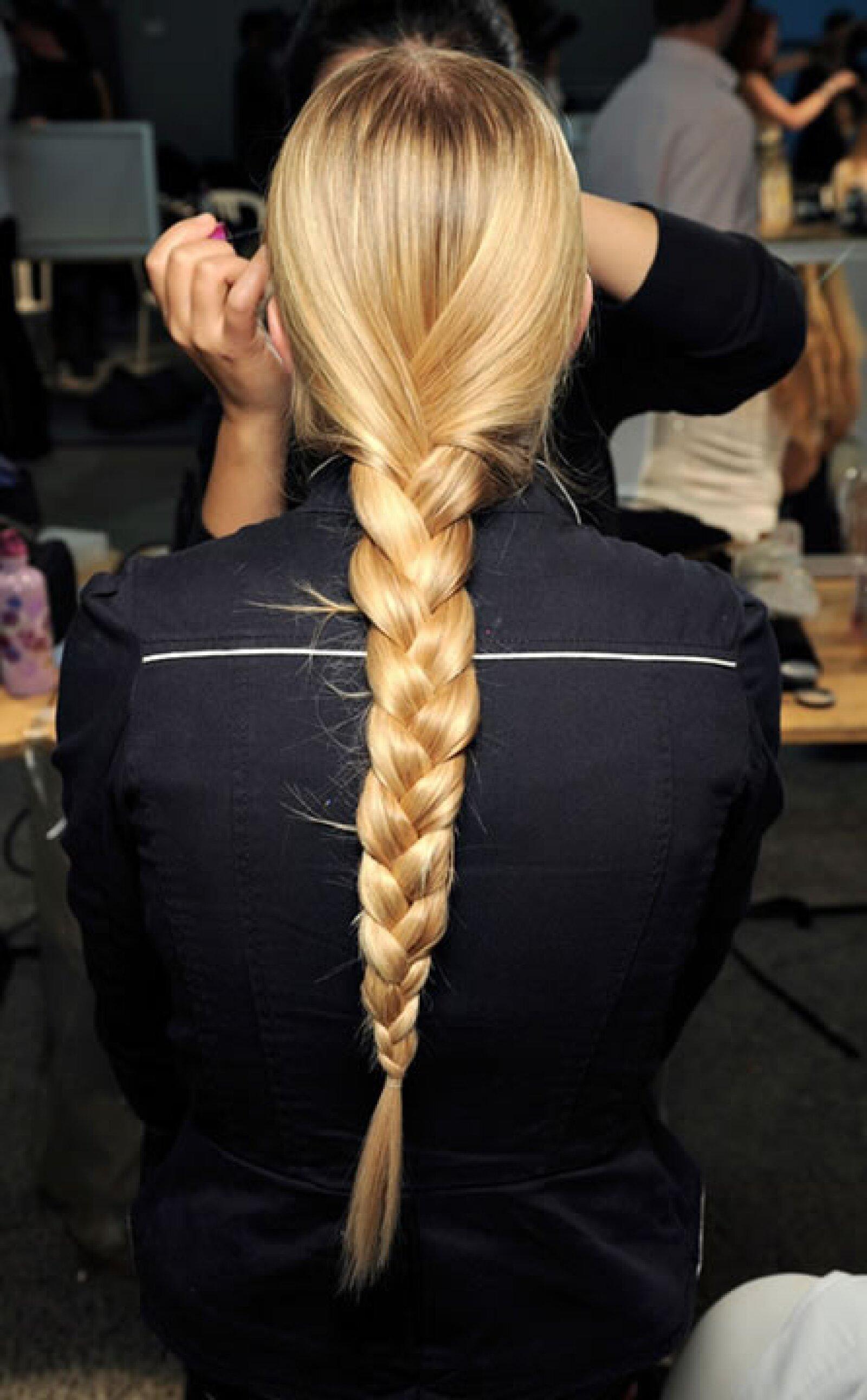 Trenzas francesas se proponen para largas cabelleras.