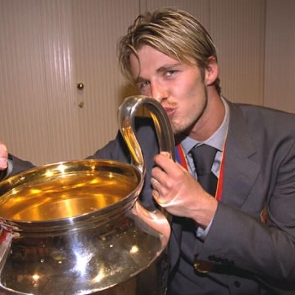 beckham con el trofeo de la liga premier