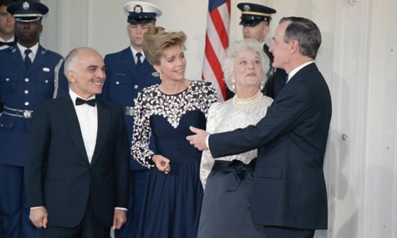 El presidente George H.W. Bush y la primera dama, Barbara Bush, recibieron en 1989 a los reyes de Jordania, Hussein y Noor, en la Casa Blanca, en donde realizaron una cena en su honor.