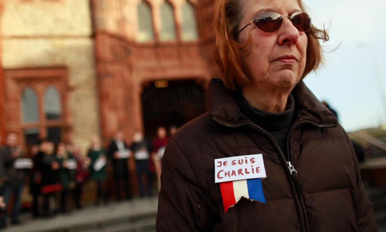 Personas salieron a las calles con pequeñas banderas de Francia en el pecho.