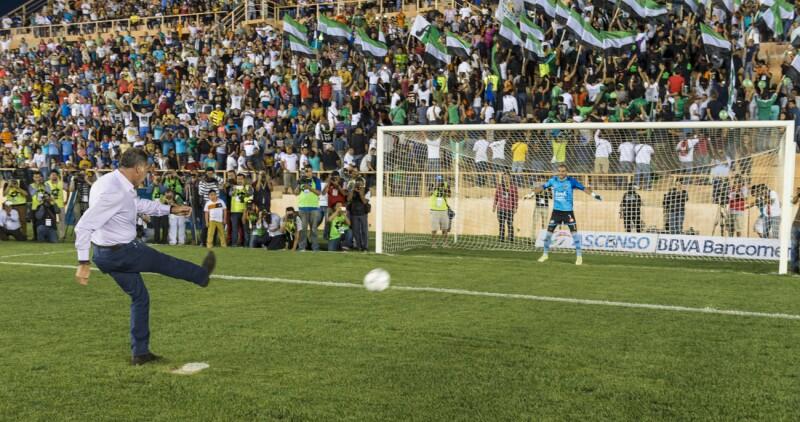 La actriz Liz Vega amenizó el medio tiempo del partido entre Alebrijes y Pumas, con el que se inauguró el estadio de futbol del equipo oaxaqueño, evento encabezado por el gobernador Cué.