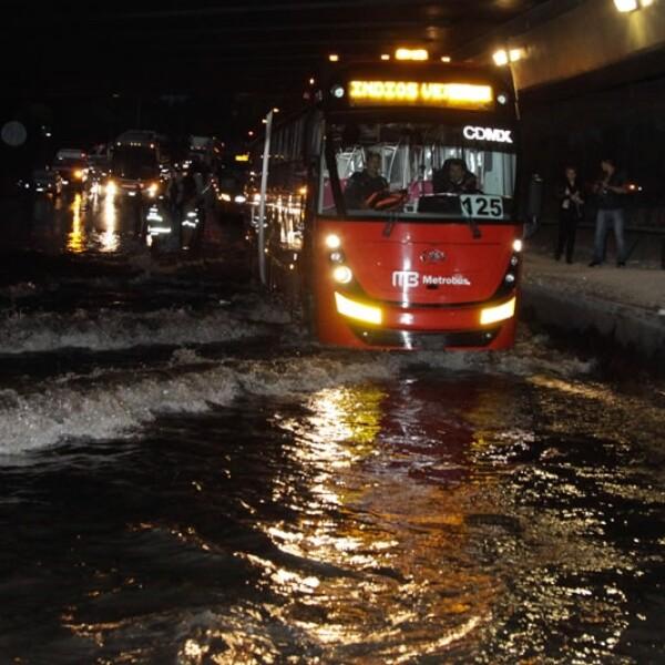 El sistema de transporte Metrobús informó que hubo servicio parcial en la Línea 1 de las estaciones Manuel González a El Caminero por las inundaciones
