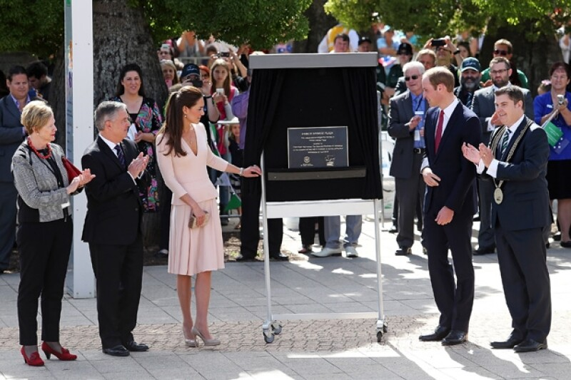 Los Duques tienen angenda llena en sus días de gira. Más tarde develaron la placa en la que quedó registrado el nombre del Príncipe George para una plaza pública.