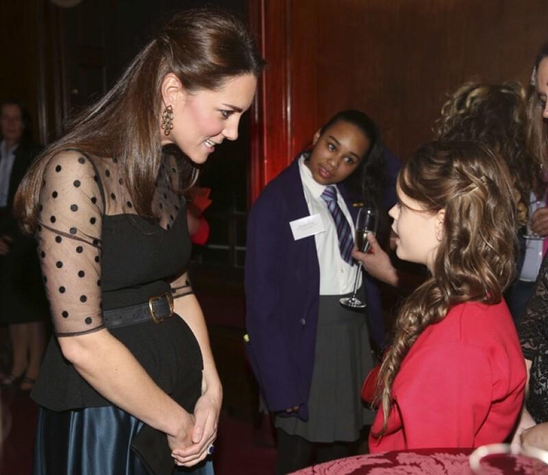 En un evento semi formal en el palacio de Kensington, Kate Middleton lució su cada vez más notoria pancita de embarazada.