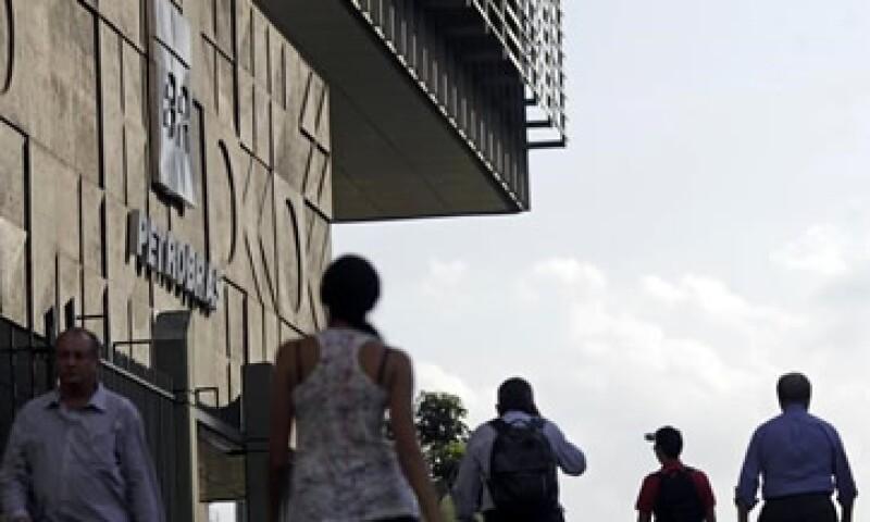 De acuerdo con un exdirector de Petrobras, el dinero de los sobornos fue destinado al partido de la presidenta Rousseff. (Foto: Reuters )