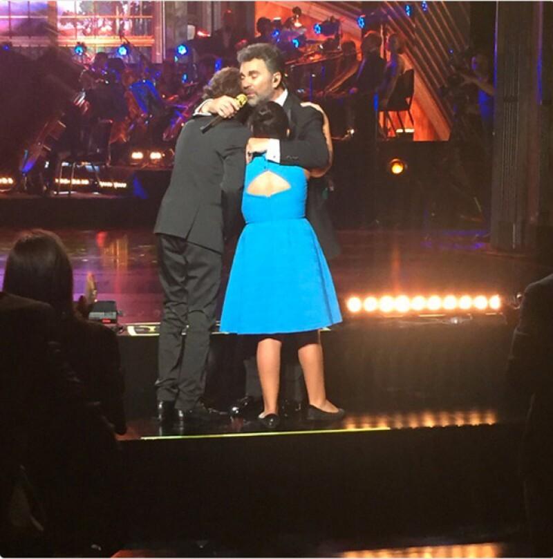 Uno de los momentos más emotivos de la noche fue cuando los hijos del cantante lo abrazaron en el escenario.
