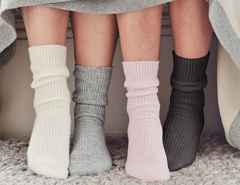 Usar calcetines puede ayudar a que tus pies se mantengan calientes, logrando que te duermas más rápido.