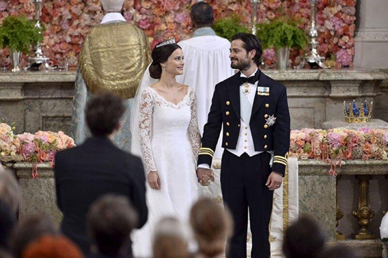 """La pareja se dio el """"Sí"""" frente a la familia real y amigos."""