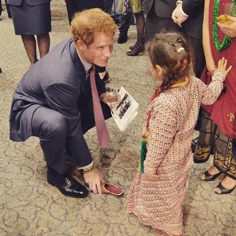 El hermano del príncipe William continúa contagiando a Nueva Zelanda de su divertida y encantadora personalidad, ahora con esta niña maorí.