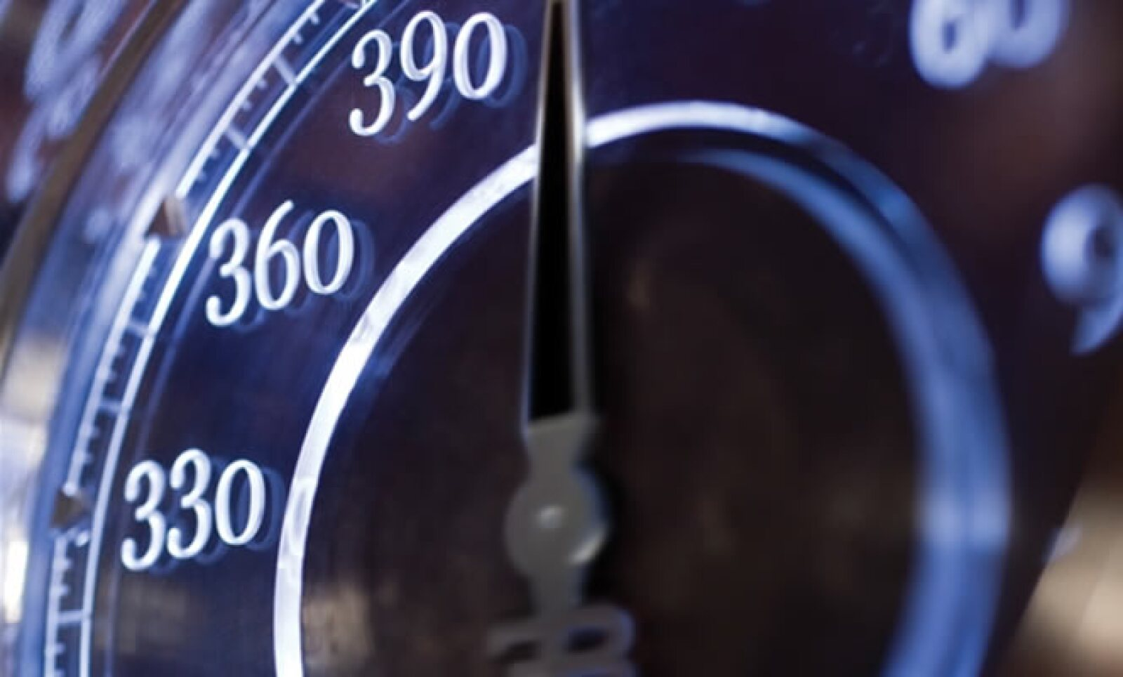 Bajo el capó, que se repliega en dos partes, reside un motor 16 cilindros para satisfacer tus deseos por la velocidad.