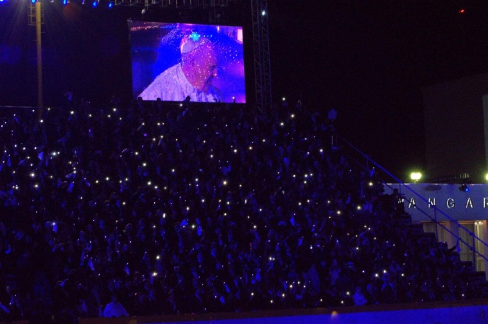 Cientos de personas dieron la bienvenida con luces a Francisco en el aeropuerto capitalino.